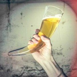 Стъклен Рог за Пиене в Ръка