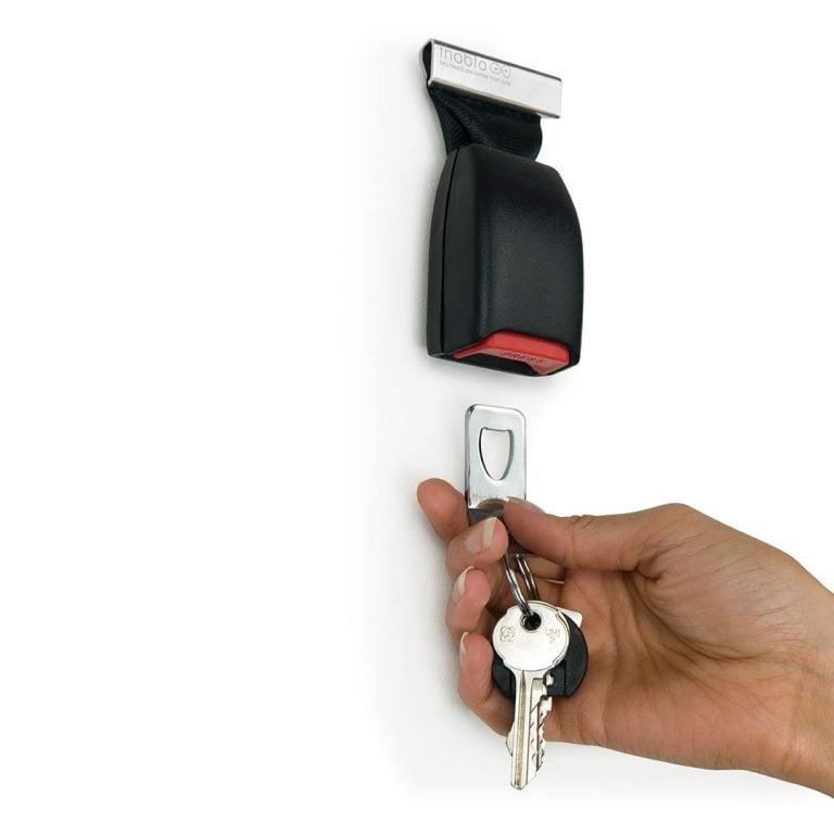 Закачане на Ключодържател в Поставка за Ключове - Колан за Кола