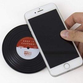 Поставяне на Телефон Върху Безжично Зарядно - Грамофонна Плоча